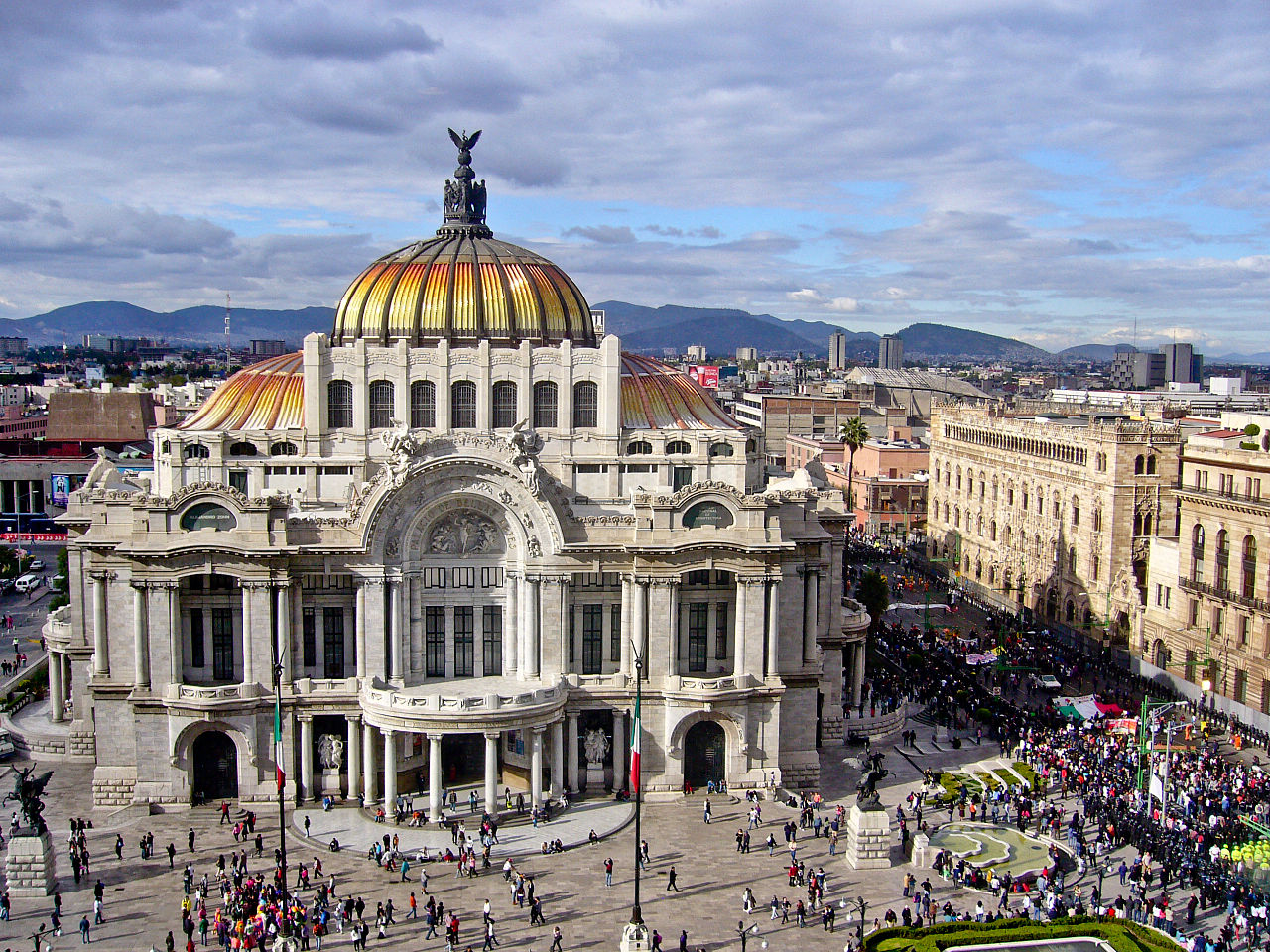 Vigilantes seize town in Mexico and shoot at tourists Mexico city photo shoot